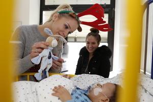 Nika Krosny 2015 bei der Kinderlachen Weihnachtsaktion