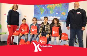 Kinderlachen stattet Flüchtlingskinder mit Schulunterlagen aus