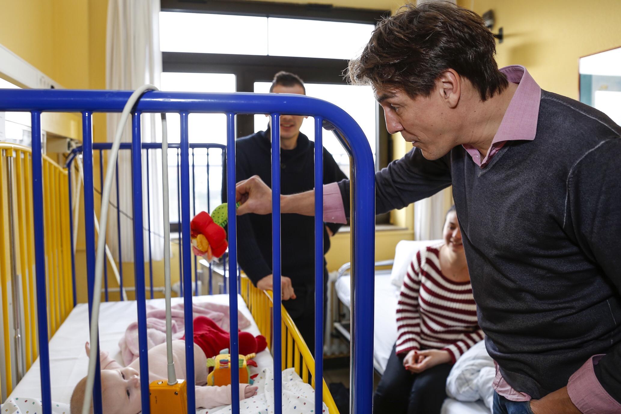 Kinderlachen-Schirmherr Matze Knop am Bett einer kleinen Patientin