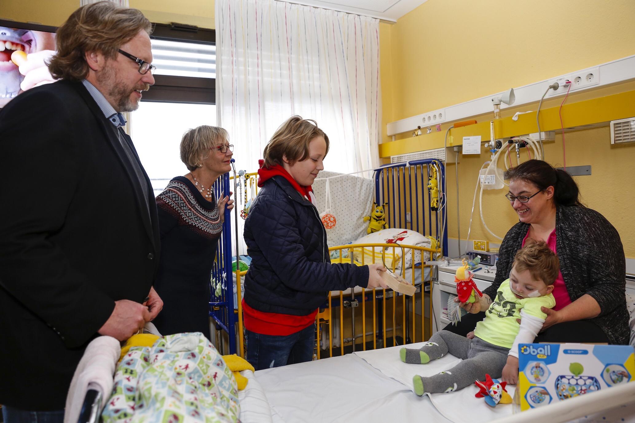 Der Verein Kinderlachen überraschte in der Dortmunder Kinderklinik kranke Jungen und Mädchen, die über Weihnachten stationär behandelt werden müssen.